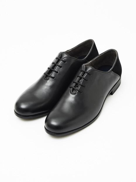 BOMCORVOのCOIN LOAFERは、ローファータイプのビジネスシューズ。もちろん、カジュアルなシーンでも活躍する一足だ。  艶のあるオイルドレザーを使用しており、時の経過とともに味わいが増していくのが特徴。靴下とのコーディネートも楽しめるもの魅力だ。