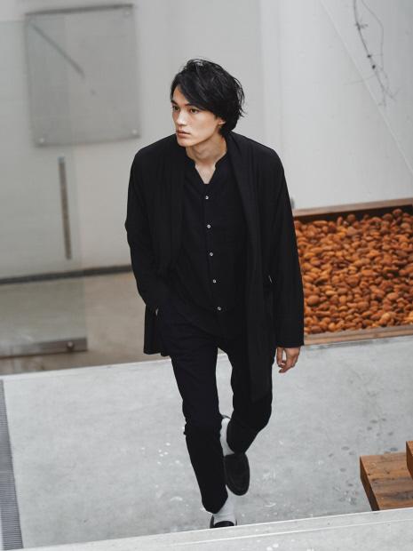 【展開店舗限定】フィブリル キーネック長袖シャツ